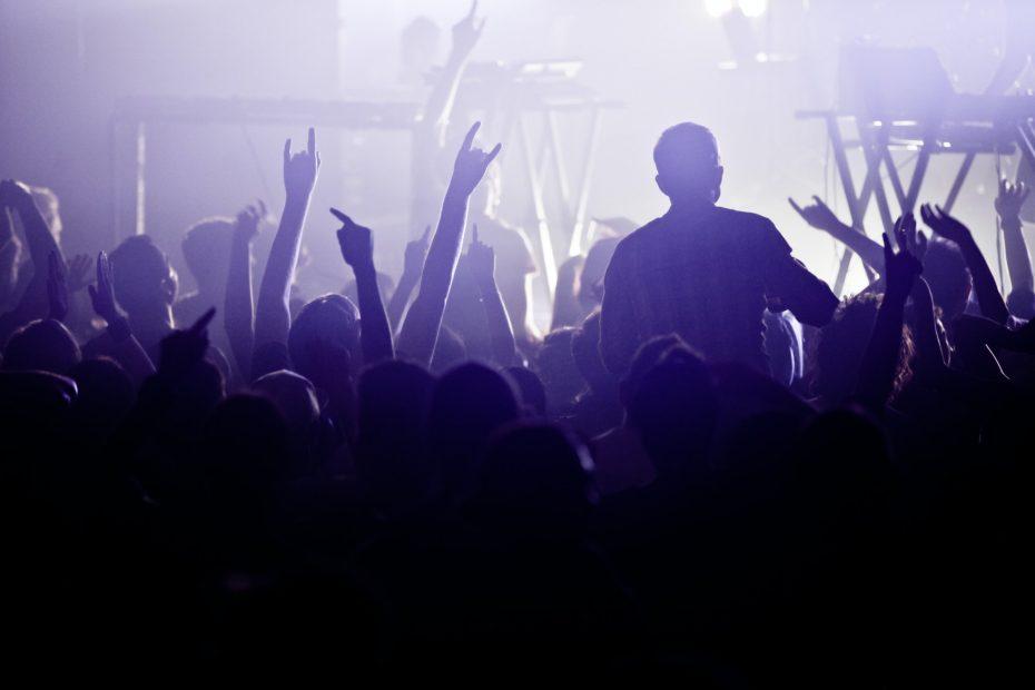 Yleisöä rockkonsertissa